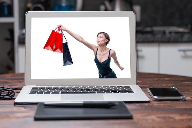 パッケージを持つ美しい女性の肖像画。彼女は熱心に買い物を急いでいます。買い物好きのコンセプト。ショッピングセンター。販売。ミクストメディア