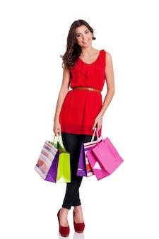 Портрет красивой женщины с хозяйственными сумками