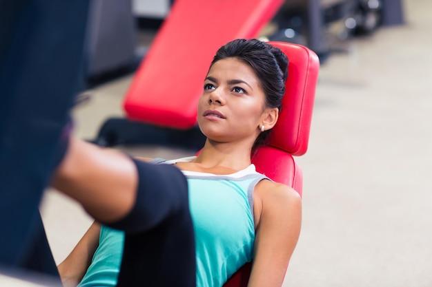 피트니스 체육관에서 운동 기계에 아름다운 여자 운동의 초상화
