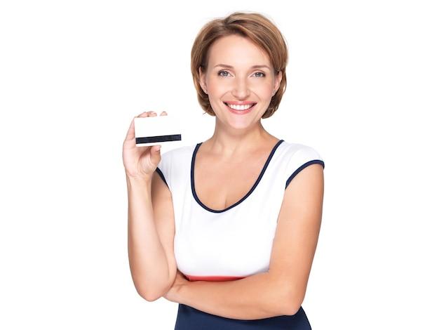 흰 벽에 신용 카드로 아름다운 젊은 성인 행복한 여자의 초상화