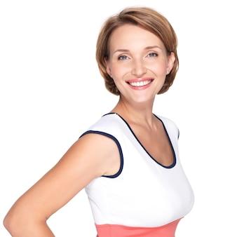 흰 벽 위에 아름다운 젊은 성인 백인 행복한 여자의 초상화