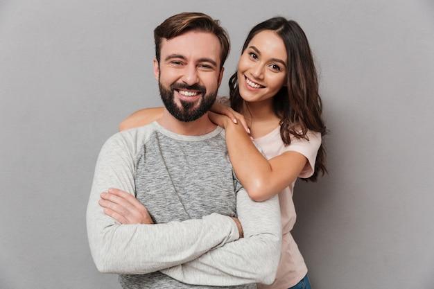 Портрет красивой молодой пары обниматься