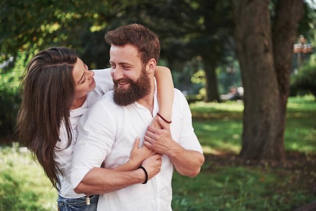 一緒に笑っている美しい若いカップルの肖像画。