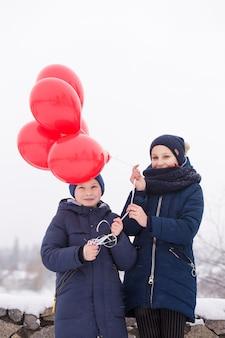 빨간 풍선과 함께 아름 다운 젊은 부부의 초상화