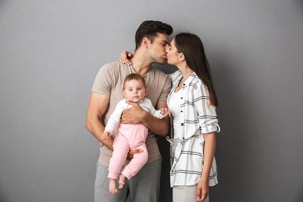 美しい若い家族の肖像