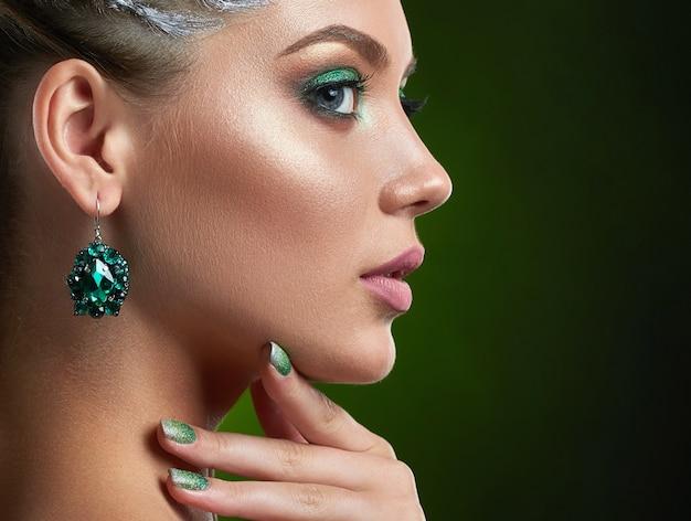 Портрет красивой молодой женщины-воина medeival чувственно позирующей