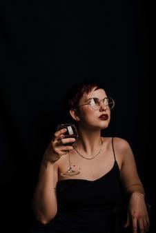 레드 와인 한잔과 함께 아름 다운 젊은 여자의 초상화
