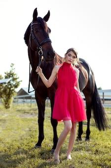 Портрет красивой молодой девушки с лошадью