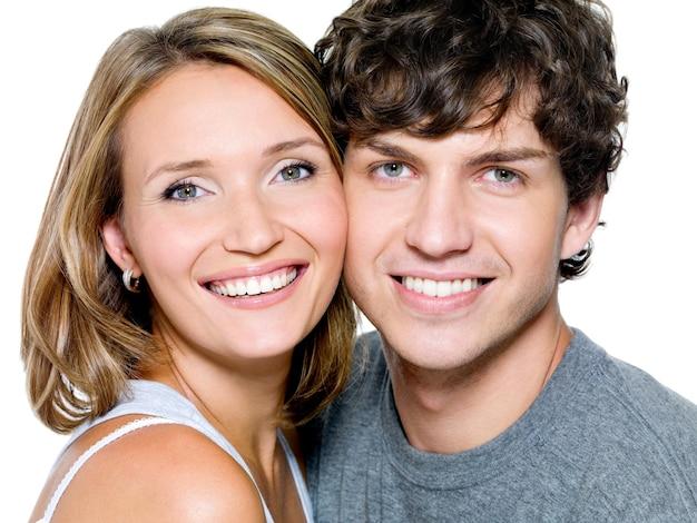 Портрет красивой молодой счастливой улыбающейся пары - изолированные
