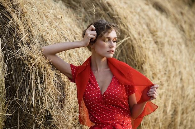 Портрет красивой молодой модели в красном платье