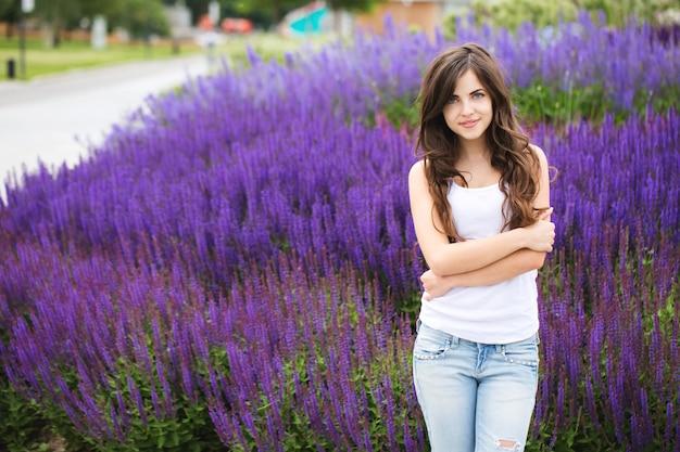 Портрет красивой молодой современной женщины на открытом воздухе. студент в парке.