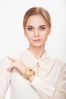 Портрет красивой молодой чувственной блондинки в белой рубашке улыбается и смотрит в камеру. сексуальная блондинка