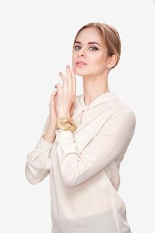 웃 고 카메라를보고 흰 셔츠에 아름 다운 젊은 관능적 인 금발 여자의 초상화. 섹시한 금발