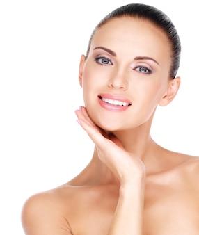얼굴의 건강하고 신선한 피부를 가진 아름 다운 젊은 웃는 여자의 초상화
