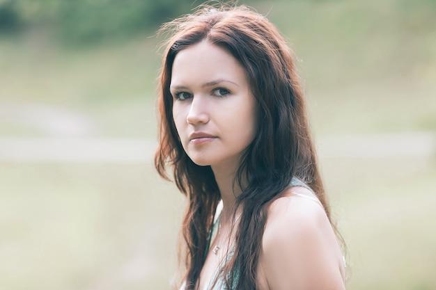 자연을 배경으로 아름다운 젊은 여성의 초상화