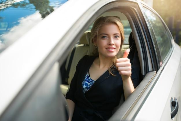 車を運転している美しい若い女性の肖像画