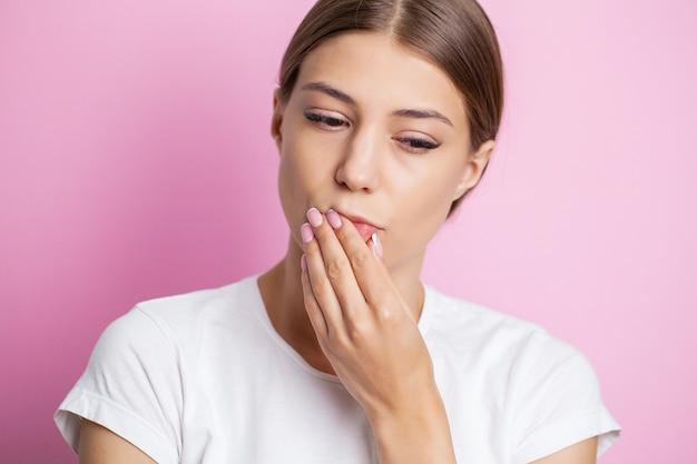 痛みを伴う歯痛を経験している美しい若い女性の肖像画。