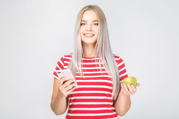 흰색 바탕에 사과 전화를 들고 아름 다운 젊은 여자의 초상화.
