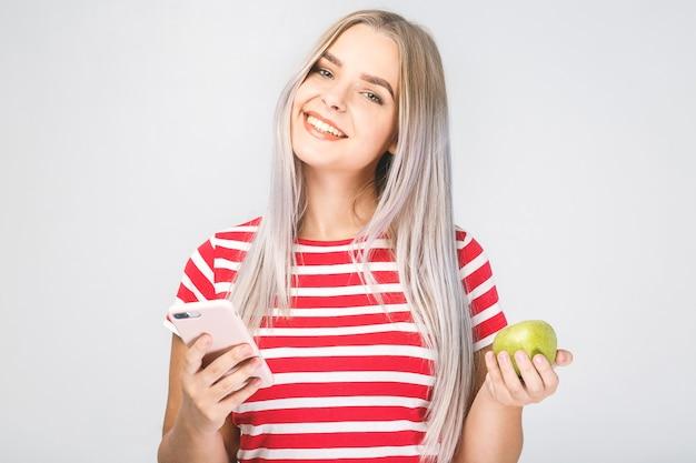 사과와 전화를 들고 아름 다운 젊은 여자의 초상화