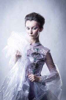 유행 복장에있는 아름 다운 젊은 여자의 초상화. 아름다움과 패션