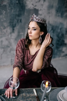 여왕, 컬러 드레스 마르 살라의 이미지에서 아름 다운 젊은 여자의 초상화