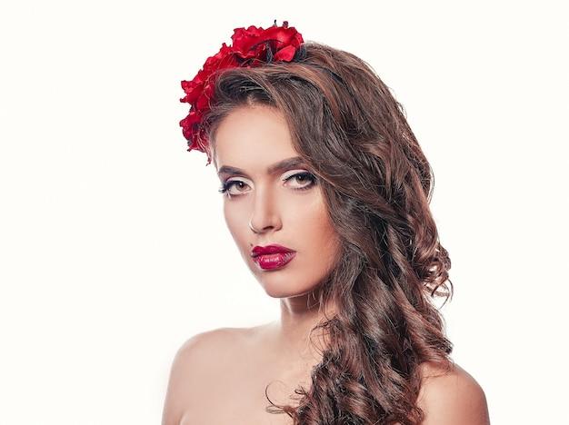 Портрет красивой молодой женщины в вечернем платье.