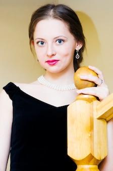 이브닝 드레스에 아름 다운 젊은 여자의 초상화