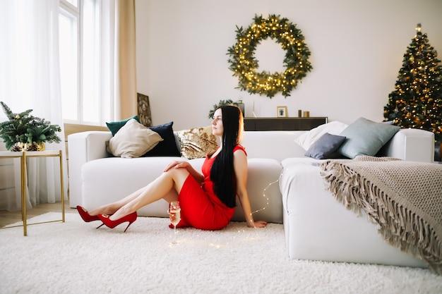 お祝いのクリスマスと新年のインテリアで美しい若い女性の肖像画