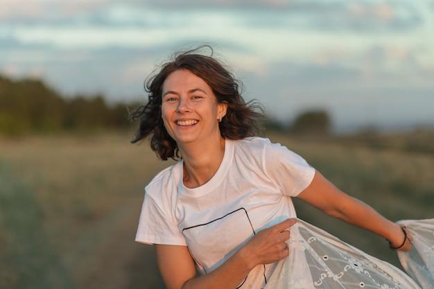 フィールドの美しい若い女性の肖像画