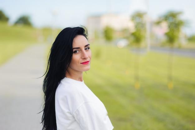 Портрет красивой молодой женщины с черными волосами