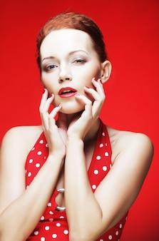 真っ赤な唇を持つ美しい若い女性の肖像画