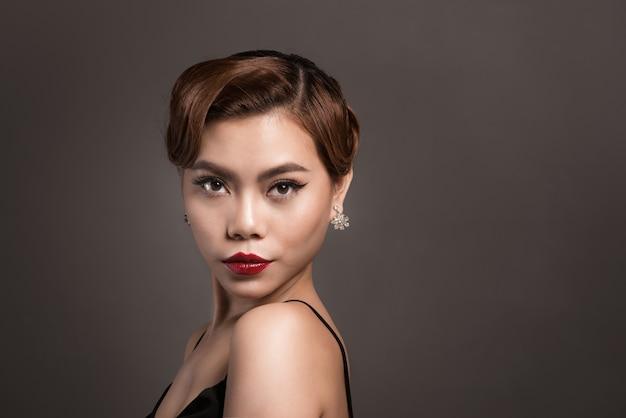茶色の髪の美しい若い女性の肖像画。美容とスキンケアのコンセプト