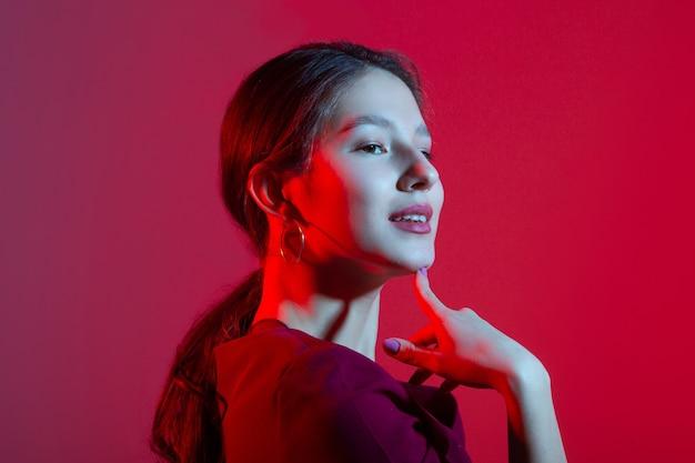 Портрет красивой молодой женщины с цветным освещением