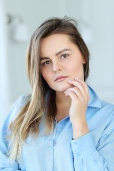 美しい若い女性の肖像画