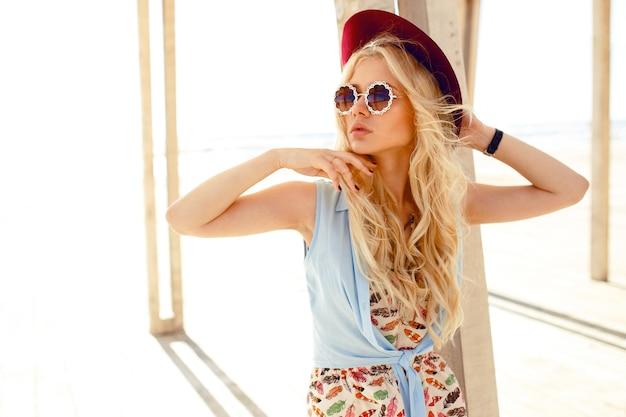 帽子をかぶっている美容金髪モデルの肖像