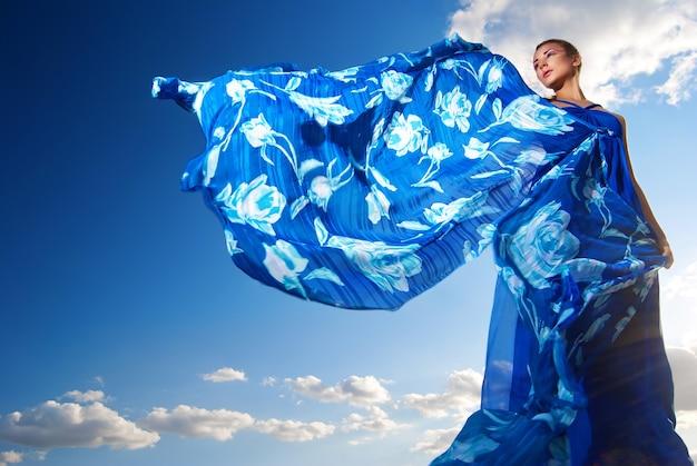 砂漠の青いドレスを着た美女の肖像画