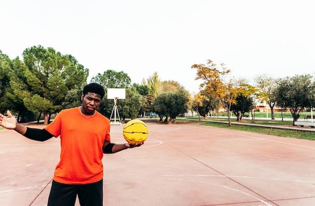 그의 손에 농구를 들고 흑인 아프리카 소년의 초상화. 게임을 할 준비가되었습니다.