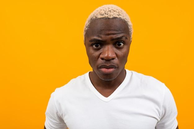 コピースペースと黄色の黒金髪のアフリカ人のクローズアップの肖像画