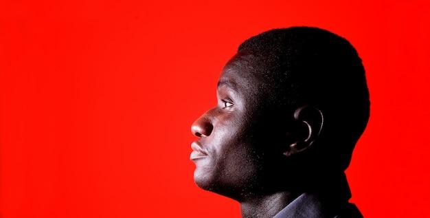 赤の黒人男性の肖像画