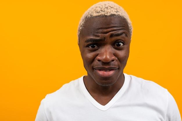 Портрет харизматичного белокурого африканца в белой футболке