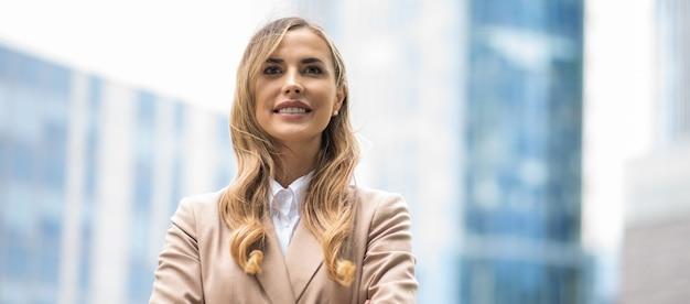 彼女のオフィスの前で金髪の笑みを浮かべて実業家の肖像画