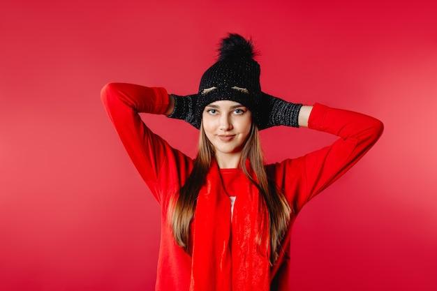 Портрет голубоглазой женщины в зимней шапке и перчатках