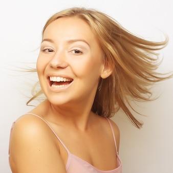 Портрет девушки бонда с ветром в волосах