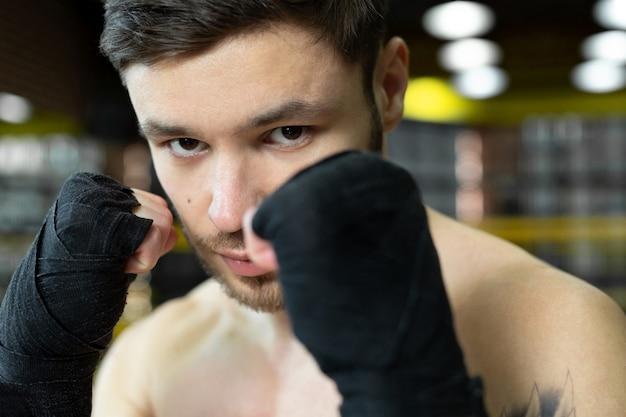 그의 손에 붕대와 권투 선수의 초상화. 스포츠의 개념.