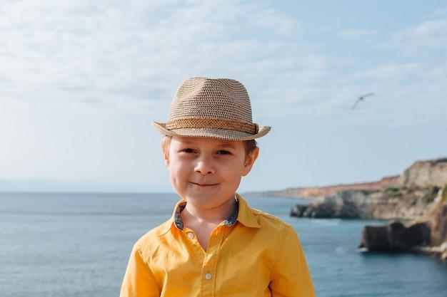 山と海を背景に少年の肖像画