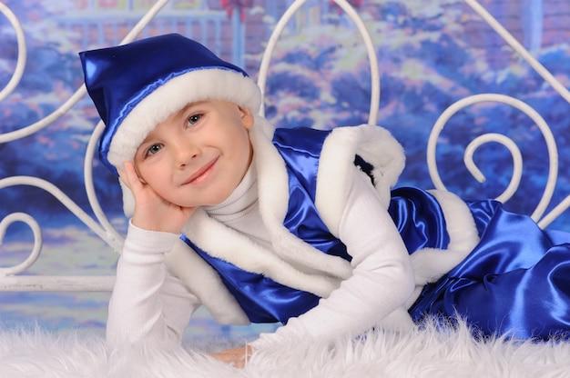 Портрет мальчика, празднующего рождество