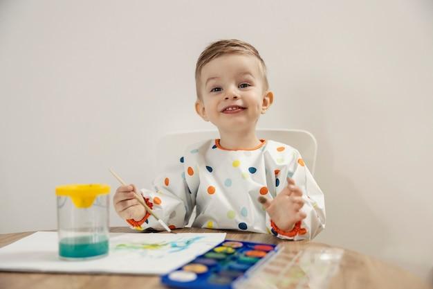 Портрет мальчика, рисующего акварелью