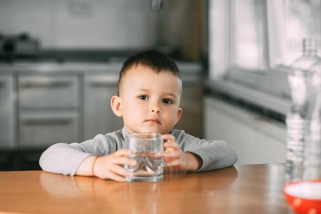 물 한 잔을 마시는 소년의 초상화, 부엌에서 매우 달콤한