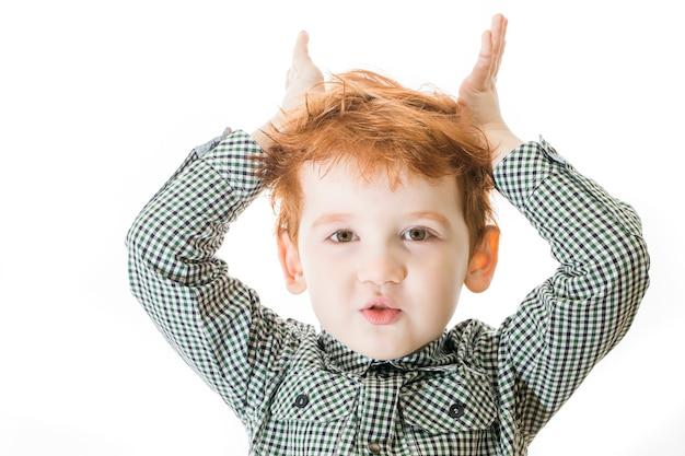 白い背景の上の少年の肖像画