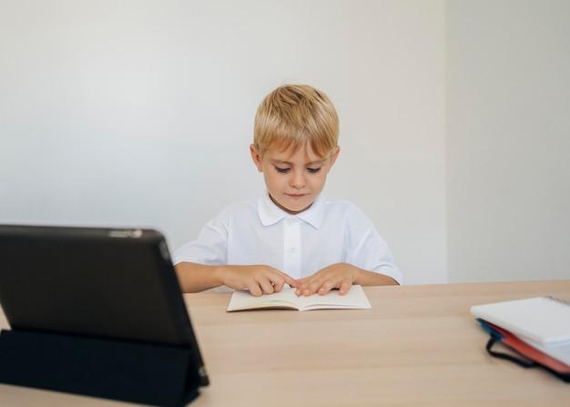 온라인 수업에주의를 기울이고있는 소년의 초상화